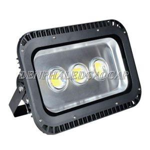 Mặt trước đèn chứa chip LED cùng với chóa bạc bản quang