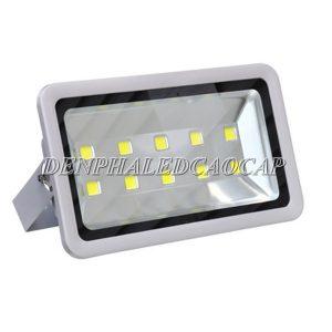 Công suất 500w sửa dụng 10 chip LED COB chiếu sáng mạnh, ánh sáng đồng đều