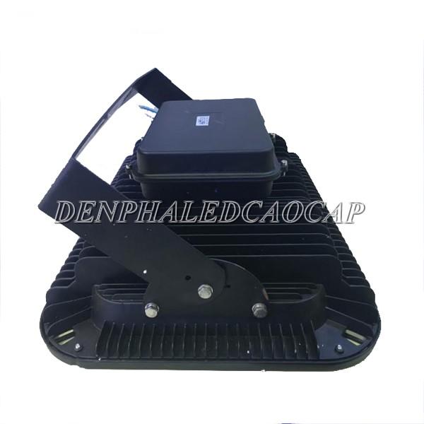 Bộ nguồn của đèn pha LED F11-300 có hộp đựng riêng ở phía sau
