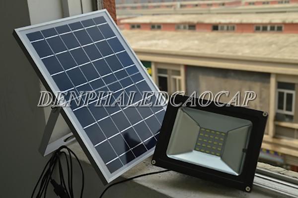 Đèn pha LED năng lượng mặt trời 50w ánh sáng đổi màu